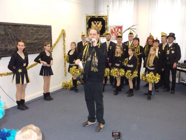 Der Jugendbeauftrage der Kaiserswerther Nordlichter Oliver Heester stellt das Aquila Dance Team vor