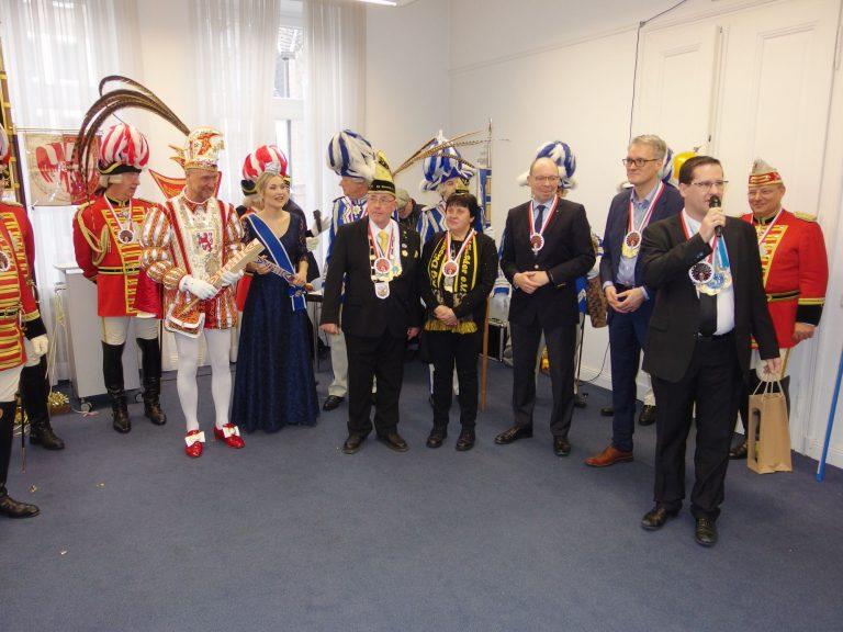 In Bildmitte das Prinzenpaar der Landeshauptstadt, rechts daneben das Kaiserswerther Burggrafenpaar, Ratsherr Andreas Paul Stieber und Bezirksbürgermeister Stefan Golißa (mit Mikrofon).