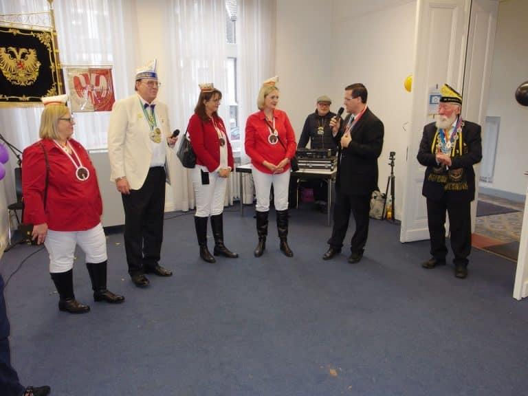 Der Präsident der Nordlichter und der Bezirksbürgermeister begrüßen Vertreterinnen des Amazonencorps und einen Vertreter der Weißfräcke.
