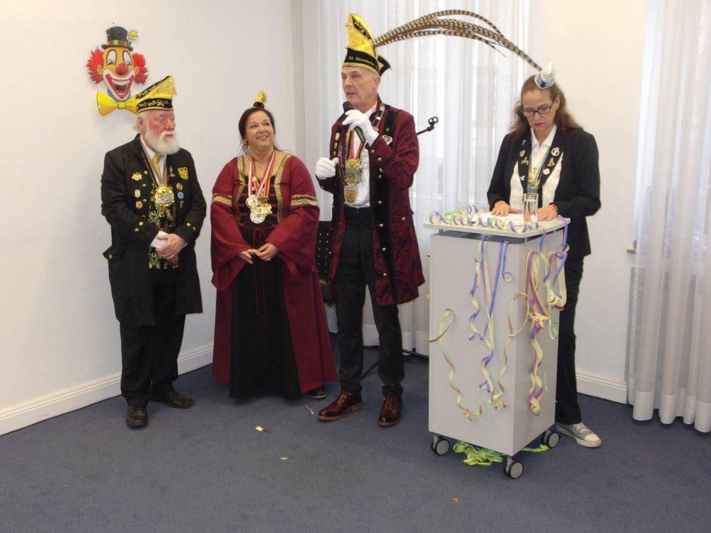 Das Kaiserswerther Burgrafenpaar mit ihrem Adjutanten Heinz Gaul bei den Begrüßungsworten von Sitzungspräsidentin Marion Just