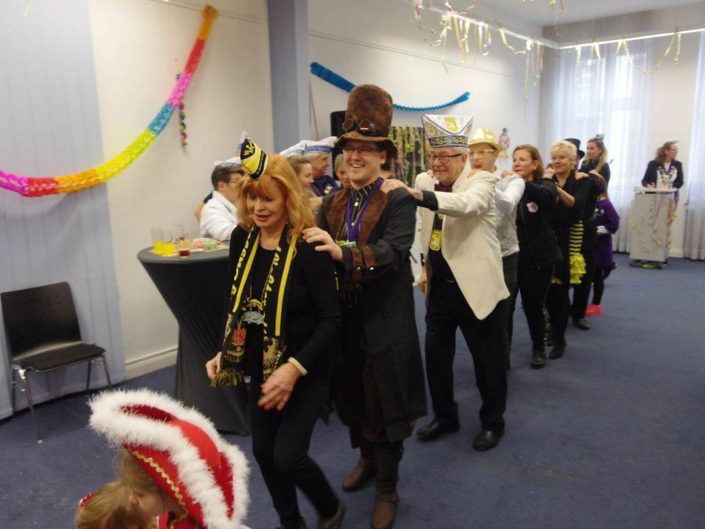 Der Bezirksbürgermeister tanzt Polonäse durch den Sitzungssaal. Ein Beweis für Bürgernähe.