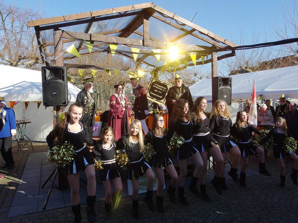 Die strahlenden Schönheiten des Aquila Dance Teams in strahlender Sonne.