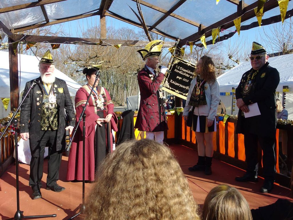 Burgraf Oskar Tasch-Schott belobigt und beschenkt das Aquila Dance Team für ihren mehrfachen Einsatz beim Biwak.