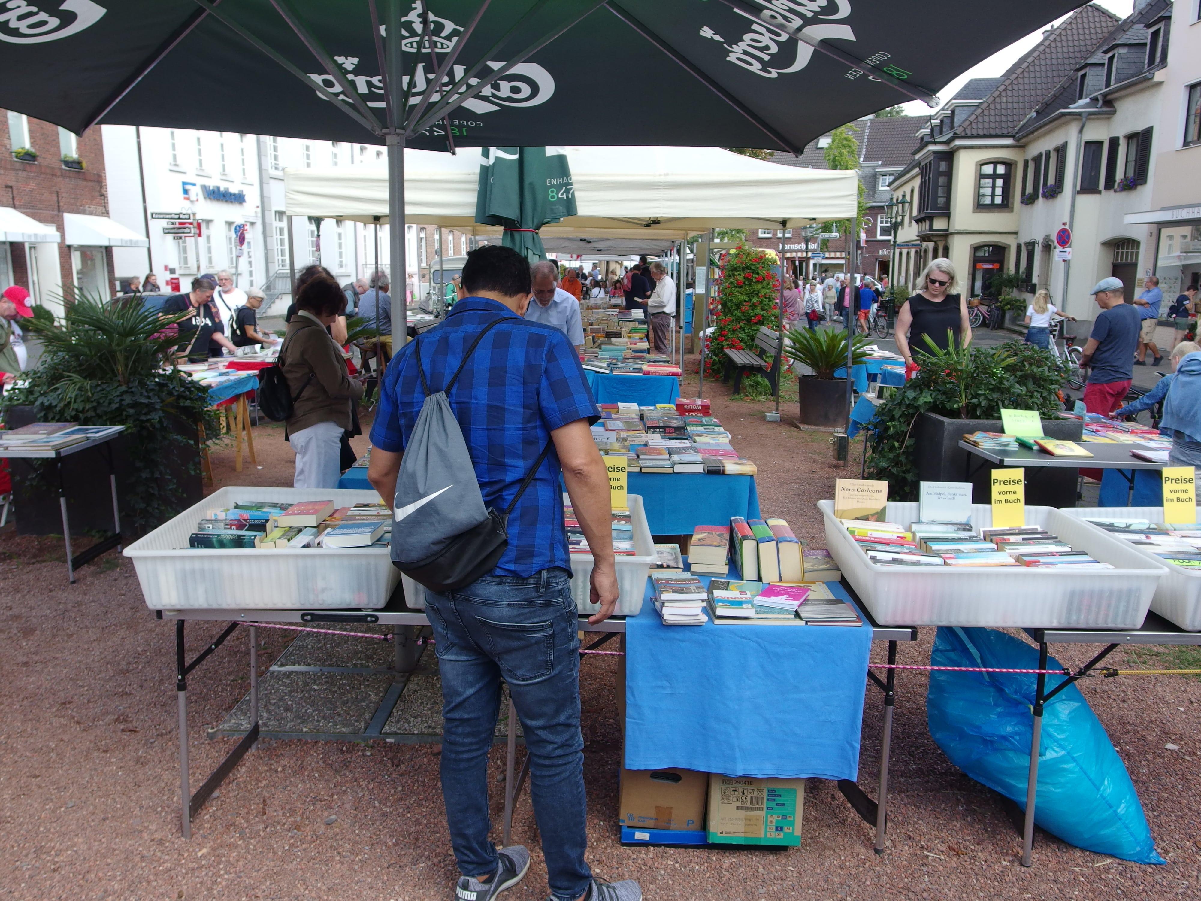 Der Kaiserswerther Markt lebt und blüht , wie hier beim Büchermarkt am 1. und 2. September, trotz sterbender Kastanien, holprigen Fahrbahnen und sich schon Jahrzehnte hinziehender Diskussionen über eine Umgestaltung, Park- und Verkehrsregelungen. Foto: SO