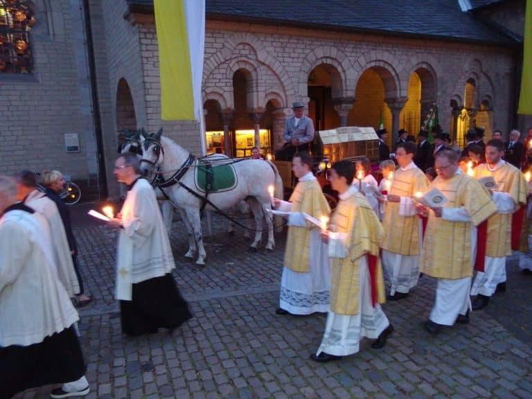 Die alljährliche Schrein- und Lichterprozession in Kaiserswerth beim Start vor der Basilika. Foto: SO