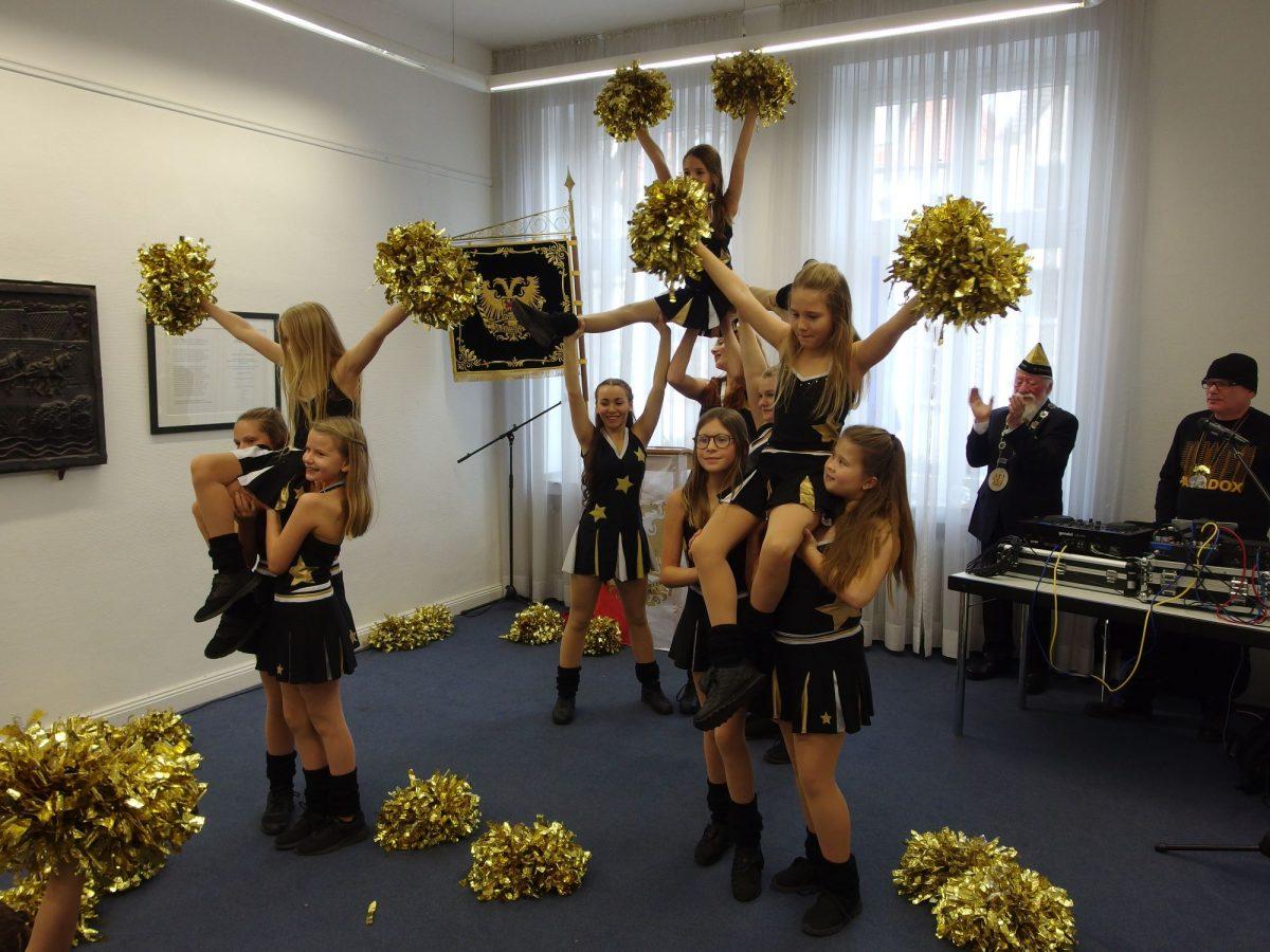 Die goldfarbenen Pon-Pons sind Markenzeichen des sportlichen Aquila-Dance Teams.