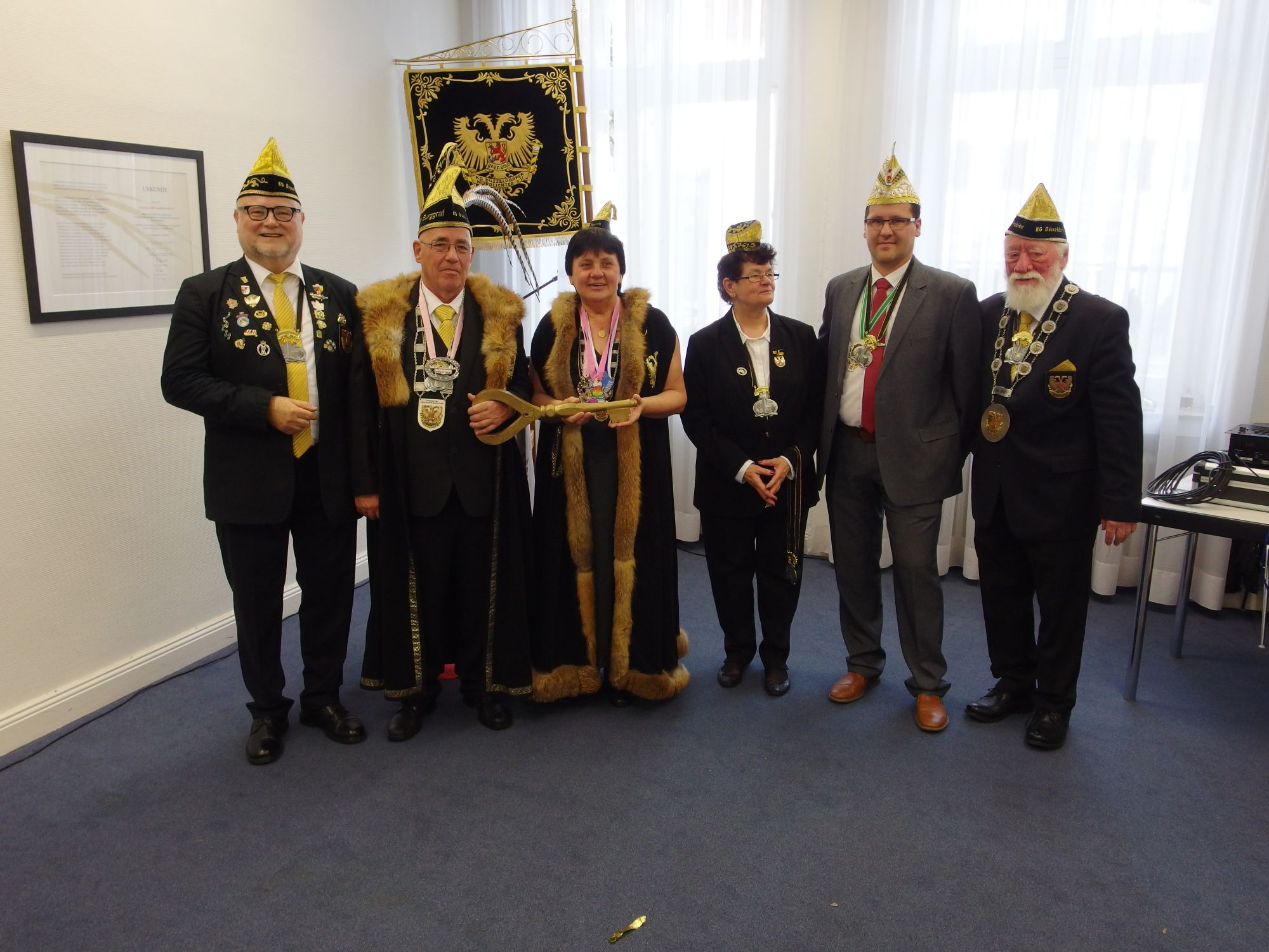 Stolz zeigt das Burggrafenpaar, dass es jetzt über den Rathausschlüssel verfügt. V.l.n.r. Adjutant Werner Ott, Burggrafenpaar Walter Ebner und Paula Brauner, Adjutantin Gertrud Gaul, Bezirksbürgermeister Golißa, Präsident Heinz Gaul.