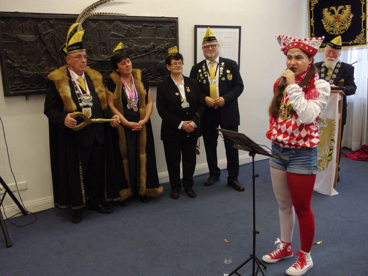 Das Burggrafenpaar Walter und Paula mit Adjutanten Gertrud Gaul und Werner Ott lauschen der Jugendhoppedöse Lena. Im Hintergrund Präsident Heinz Gaul.