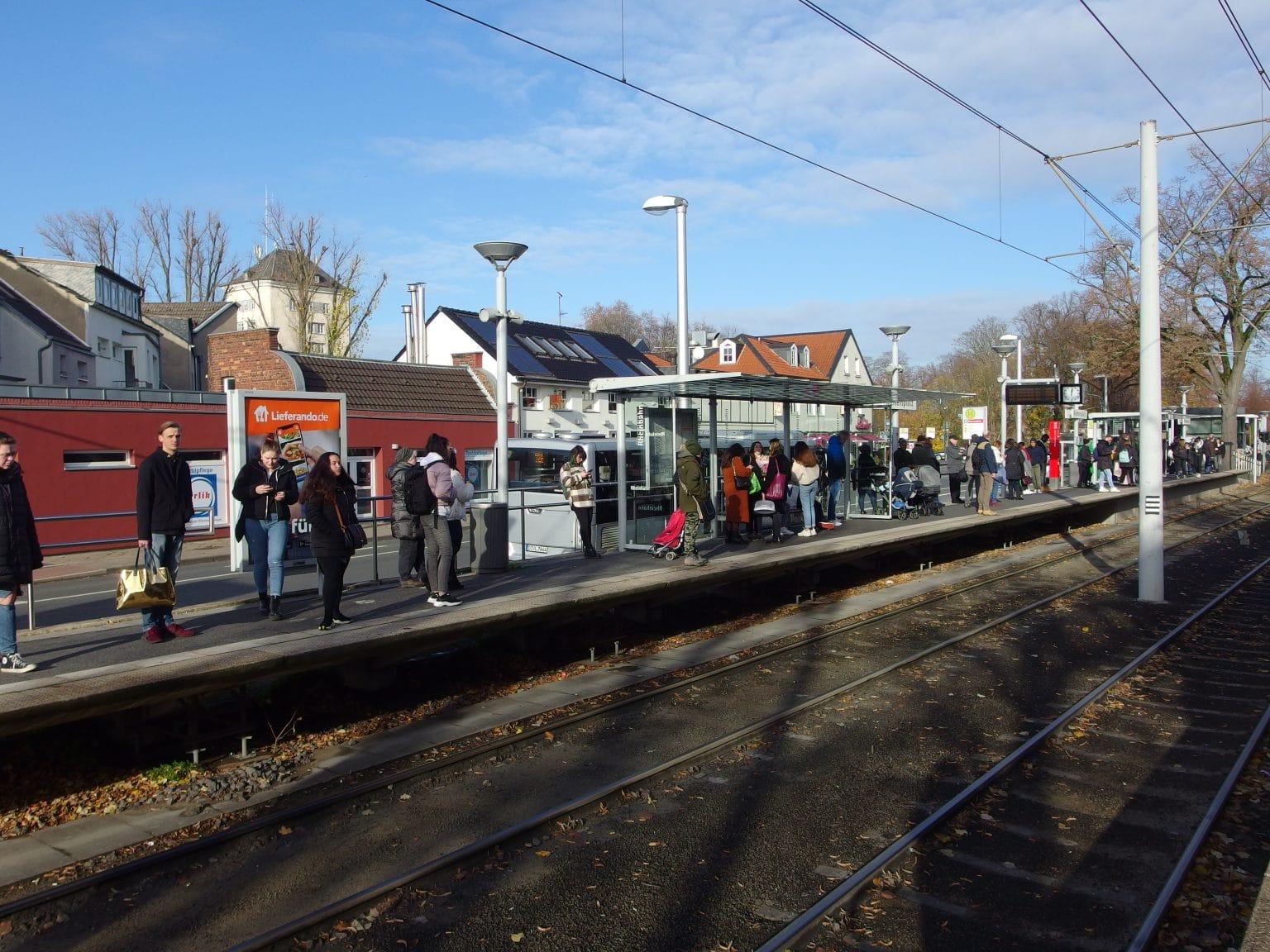 Nicht nur Autofahrer stehen in der Schlange neben den Düsseldorfer Umweltspuren, sondern auch Fahrgäste aufgereiht auf den Bahnsteigen der U 79, wie hier am Klemensplatz. Foto: SO