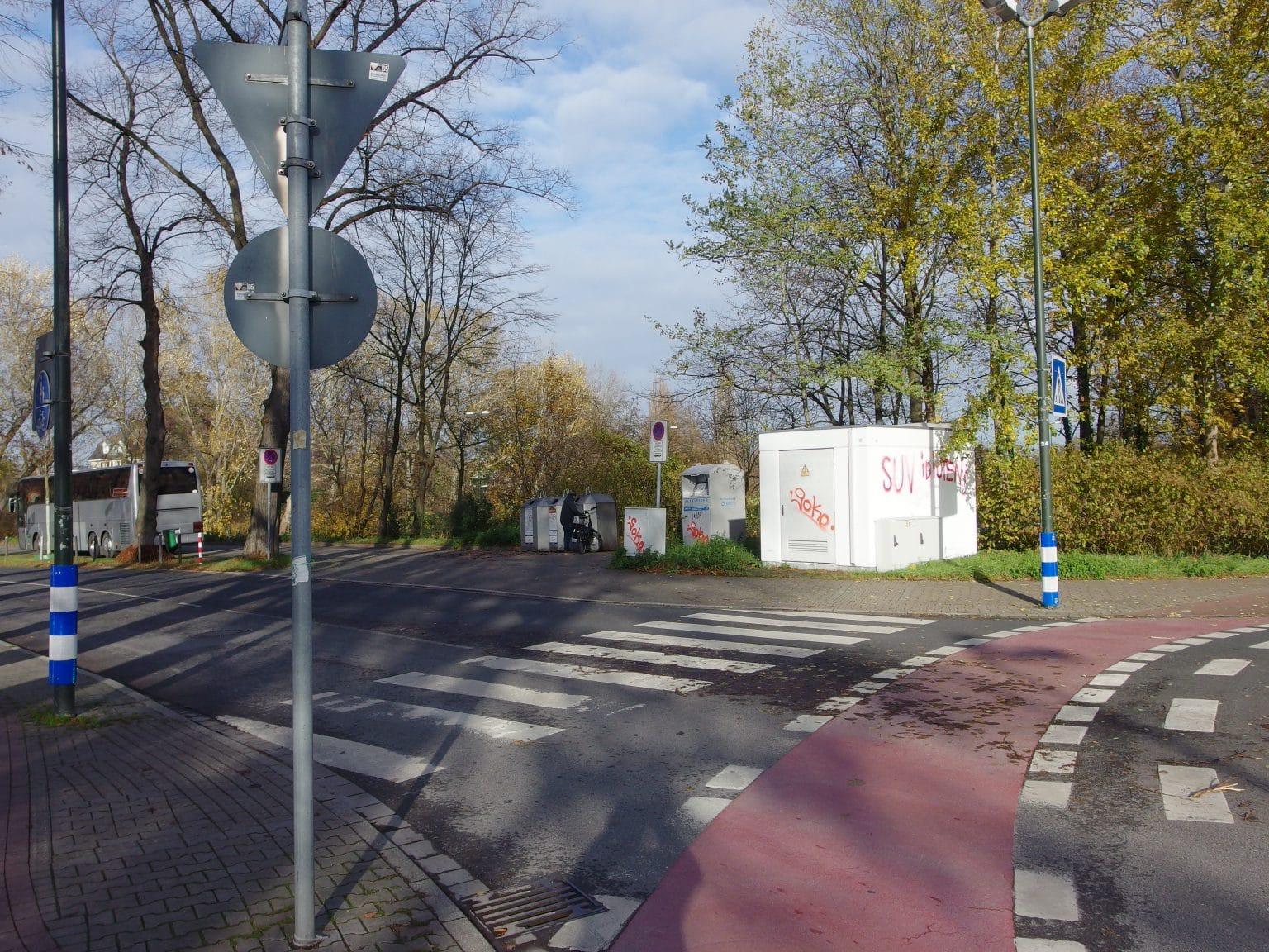 Hier an der Ecke Niederrheinstraße/An St. Swidbert soll ein Neubau für die Freiwillige Feuerwehr Kaiserswerth errichtet werden. Foto: HS
