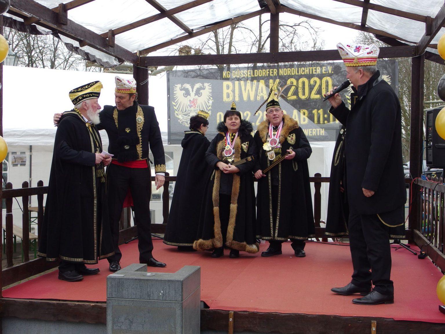 Vertreter des Carneval Committe begrüßen und beglückwünschen den Präsidenten der Nordlichter Heinz Gaul (links) und das Burggrafenpaar Werner und Paula. Fotos: SO