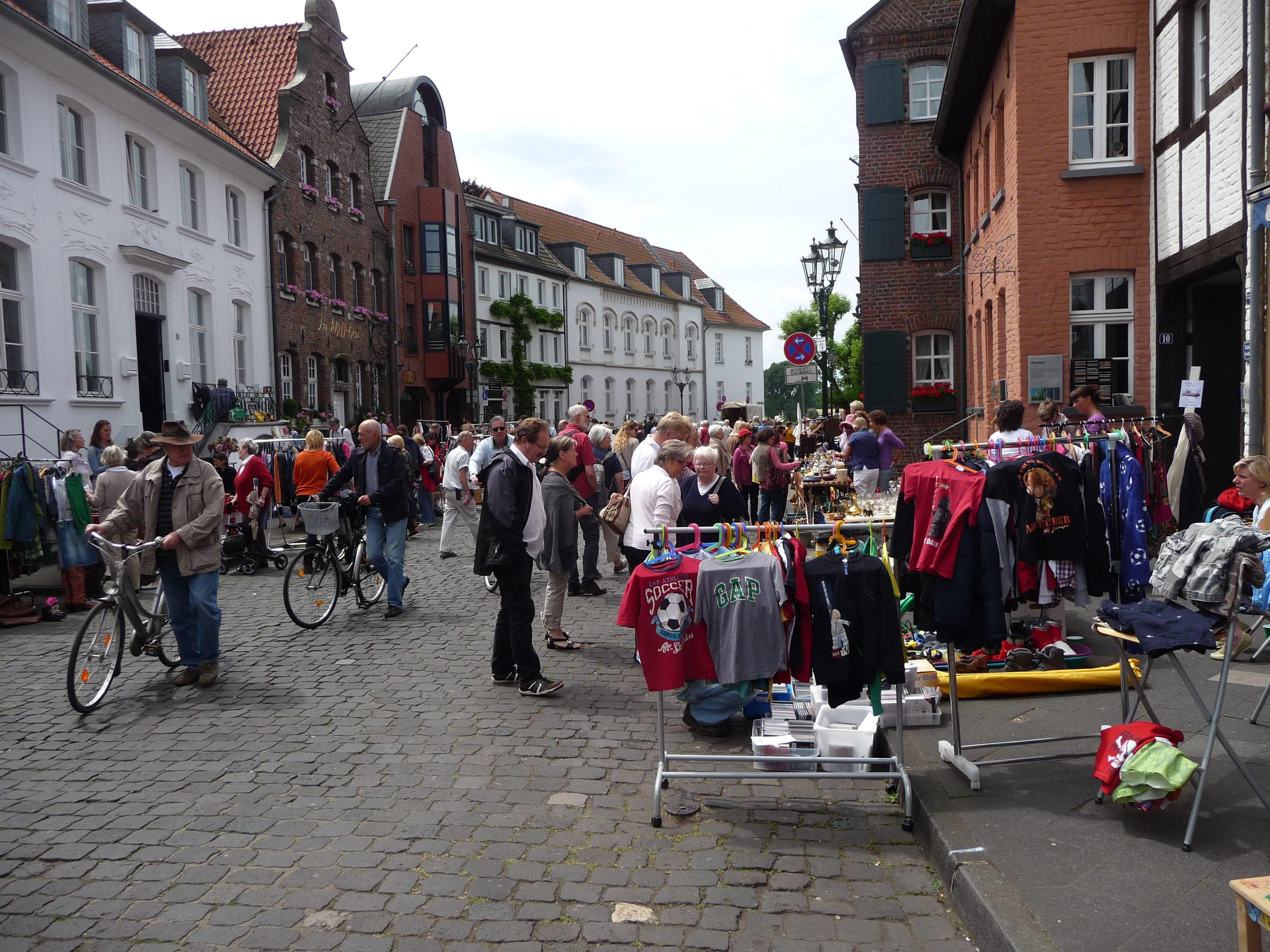 Buntes Treiben auf dem autofreien Kaiserswerther Mark beim Bürgermarkt (Archivfoto: SO)
