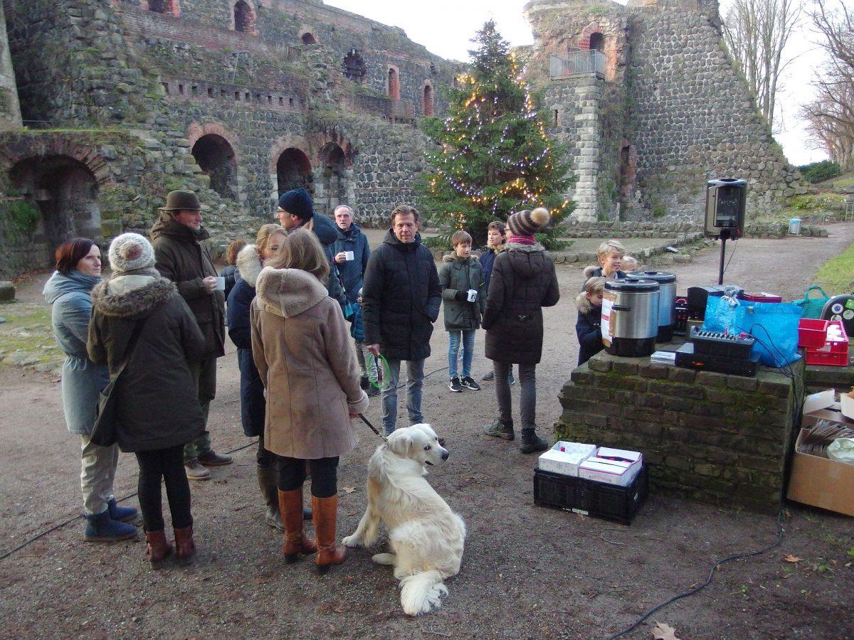 """Noch bei Tageslicht am 3. Advent stellten sich die ersten Sänger zum """"4. Singen unter den Weihnachtsbaum"""" in der Kaiserpfalz ein. Foto: HS"""